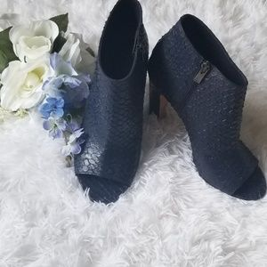 VINCE. Vero cuoio blue snakeskin booties!